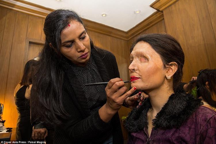 Reshma Qureshi, từng bị tấn công bằng axit, hài lòng với gương mặt sau trang điểm của cô. Cô gái 20 tuổi từng xuất hiện trong tuần lễ thời trang New York năm ngoái. Hiện tại, cô đang viết sách và dự kiến xuất bản vào năm tới.