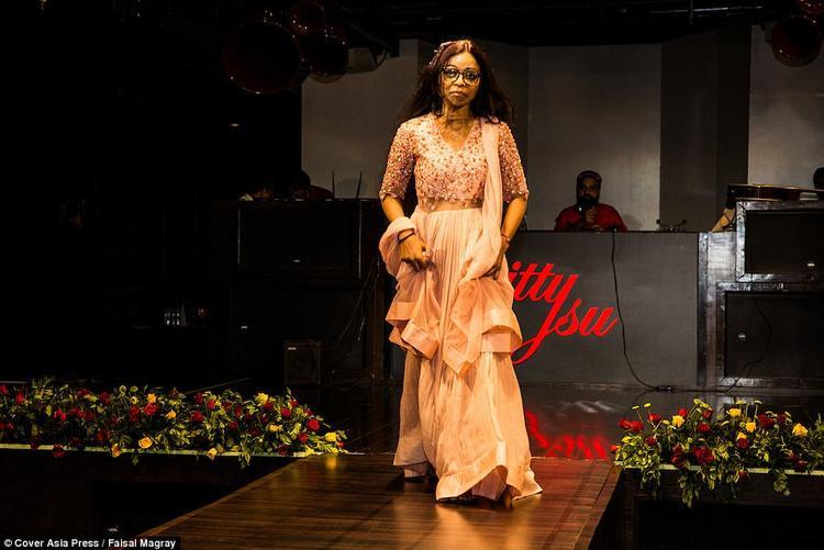 """Soni Gupta tự tin buông tấm khăn che mặt và """"xúng xính"""" trong một bộ váy lộng lẫy trên sâm khấu."""