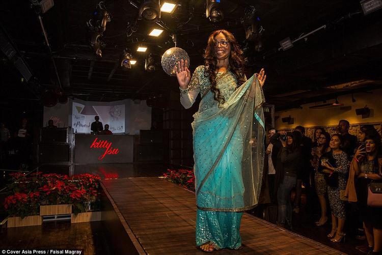 """Soni Gupta, 28 tuổi, tự tin trình diễn trên sân khấu do """"Make Love Not Scars"""" tổ chức."""