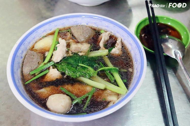 Nhấm nháp món mì vịt tiềm ở quán vạn người mê đường Nguyễn Trãi