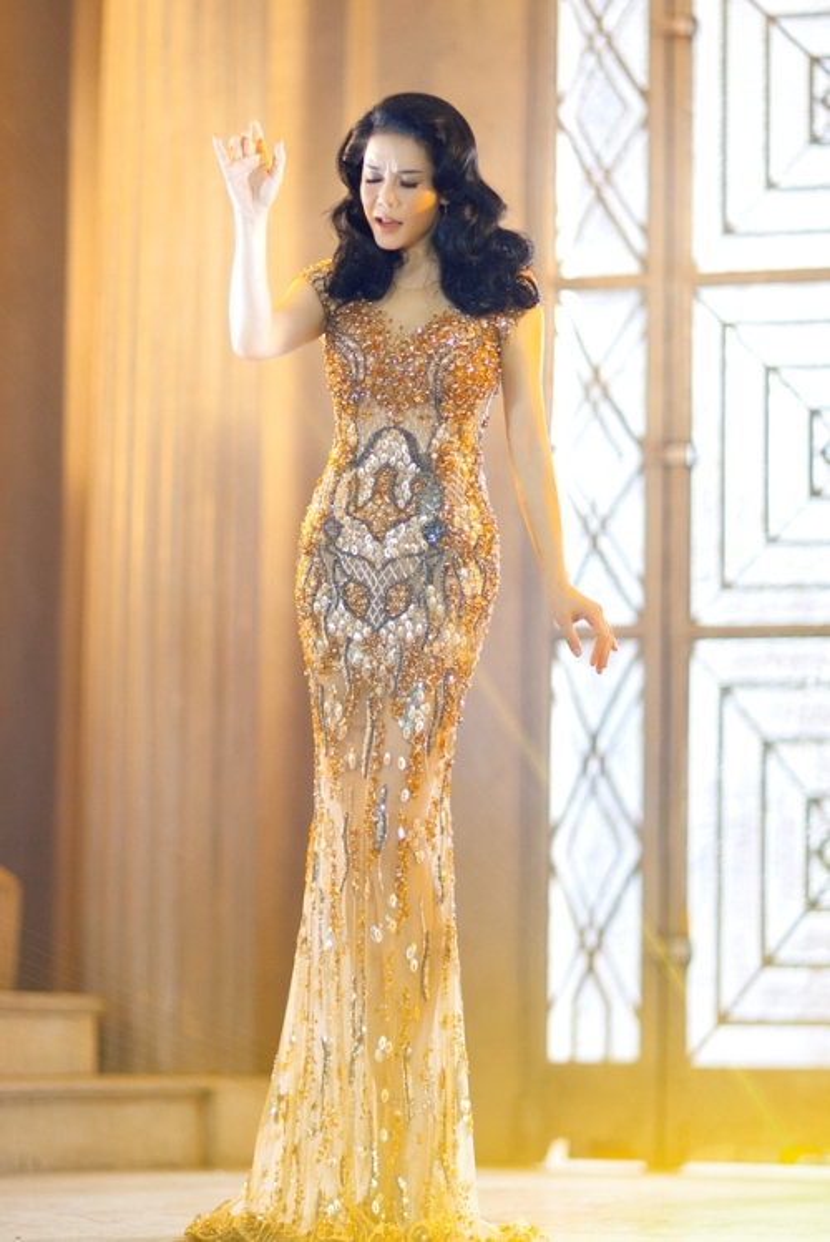 Thu Phương nổi bật với đầm dạ hội đính đá tông vàng sang trọng, kết hợp kiểu tóc uốn retro của thập niên trước của nhà thiết kế Hoàng Hải.