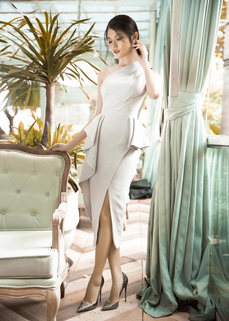 Chiếc đầm sử dụng vải tweed cùng kĩ thuật draping với những đường xếp vải tạo nên sự mềm mại và sang trọng cho á hậu Thùy Dung.