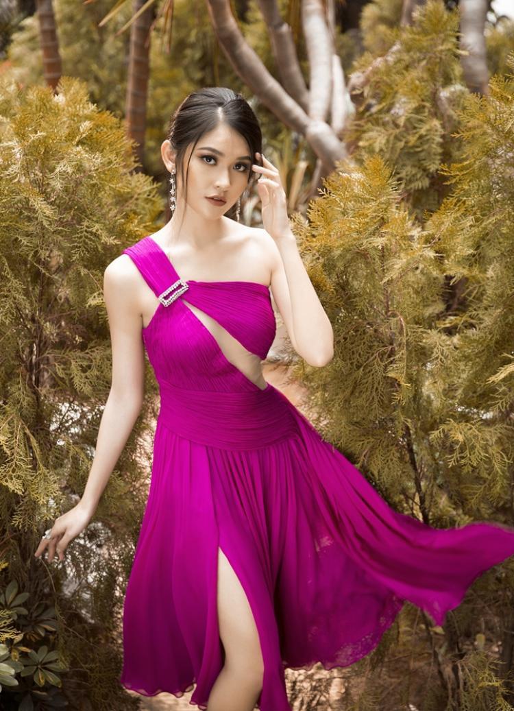 Chiếc váy màu hồng đậm và chất liệu chiffon xếp mềm mại làm nổi bật vẻ nữ tính, nhẹ nhàng của Thùy Dung, nhưng vạt cut out táo bạo lại tạo nên điểm nhấn cá tính cho á hậu.