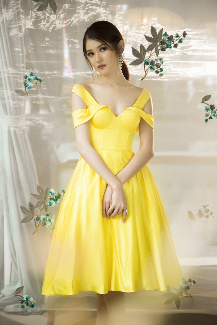 Ngọt ngào nhưng vẫn đầy kiêu kì là ấn tượng khi Thùy Dung diện chiếc đầm màu vàng tươi của NTK Lê Thanh Hòa. Với form dáng đầm xòe đơn giản trên chất liệu lụa cao cấp, người đẹp khoe khéo bờ vai thon.