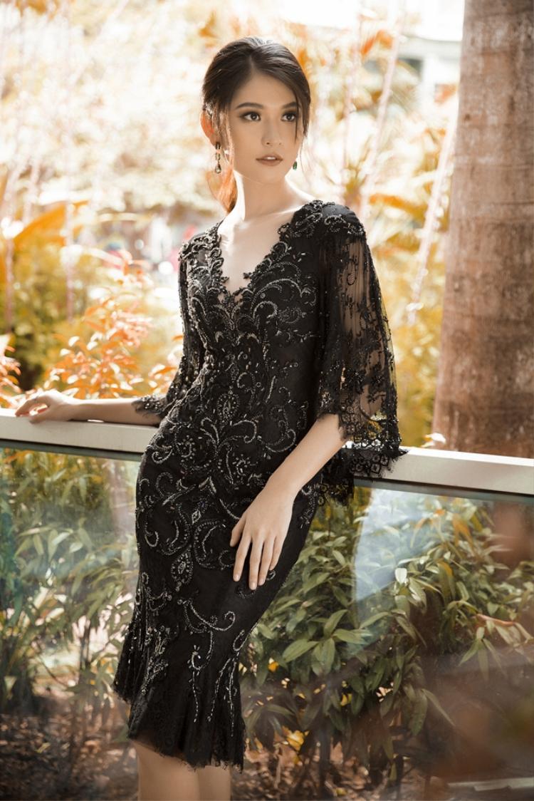 Vẫn là sự quyến rũ nhưng Thùy Dung sang trọng và kiêu sa hơn trong chiếc đầm đuôi cá với những chi tiết đính kết cầu kì trên nền vải ren đen.