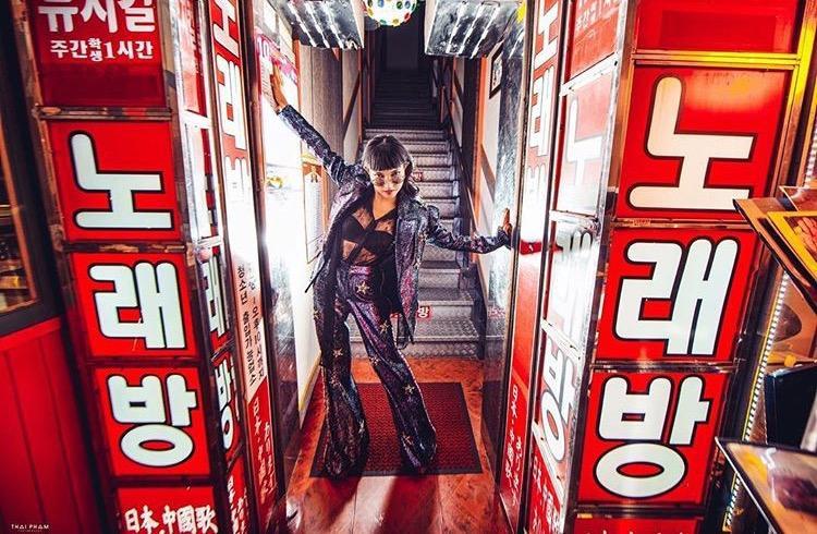 Và trong các shoot hình thời trang, Châu Bùi cũng không bỏ qua chiếc quần này.