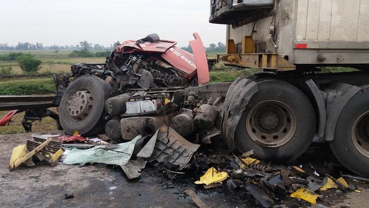 Các phương tiện phía sau tông vào đuôi xe gây nên tai nạn liên hoàn.