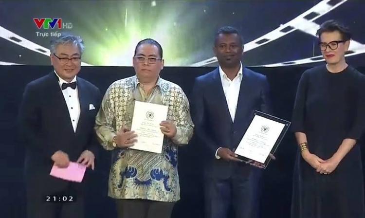 Đại diện nhận các giải thưởng Nam diễn viên, Đạo diễn và Phim xuất sắc nhất.