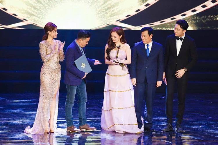 Bộ phim Em chưa 18 của đạo diễn Lê Thanh Sơn và nữ chính Kaity Nguyễn đã nhận được giải Bông Sen Vàng.