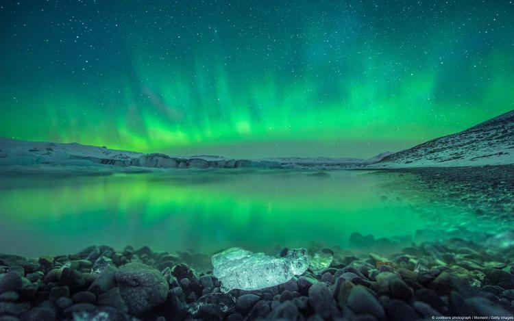 Cực quang trên Jokulsarlon (Iceland). Khi cực quang xuất hiện trong đêm tối tại Jokulsarlon (Iceland), cả bầu trời như ngủ say. Những dải ánh sáng xanh phát quang đẹp mê hồn, người xem chỉ lo sợ chỉ sau một cái chớp mắt, cảnh đẹp không tưởng ấy liền như giấc mộng vụt bay.