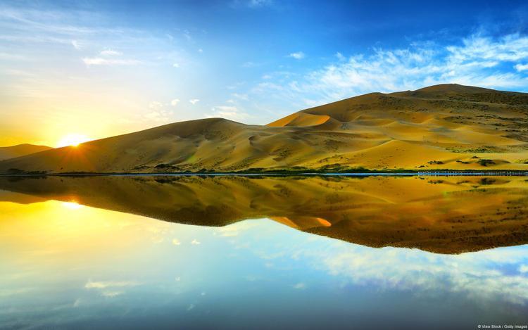 Mặt trời lên cao dần. Nắng ấm bắt đầu phủ kín cả một vùng sa mạc Badain Jaran thuộc Nội Mông Cổ. Lướt qua những hình ảnh tuyệt vời này, liệu ai còn giữ lối suy nghĩ sa mạc bao giờ chẳng khô cằn?
