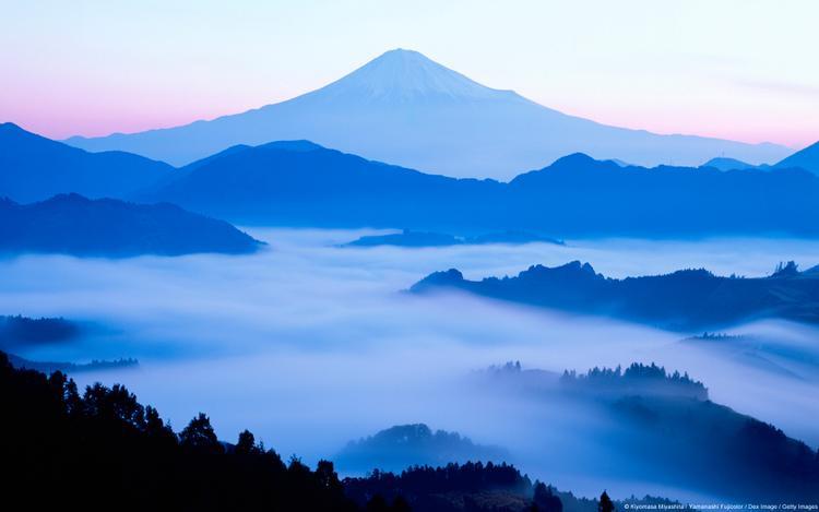 Ngày mới bắt đầu từ đỉnh núi Phú Sỹ kì vĩ. Sương sớm mềm mại như những dải lụa trắng, uốn lượn ôm trọn cả biểu tượng của Nhật Bản vào lòng.