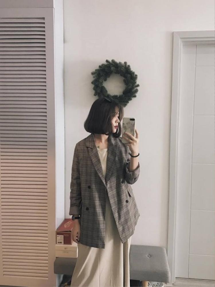 và bà mẹ hot nhất mạng xã hội hiện nay Heominhon cũng không bỏ qua được mẫu blazer hot ơi là hot này.