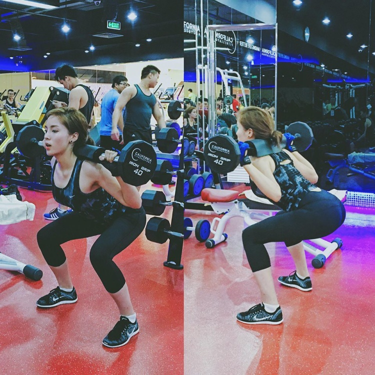 Cũng như hai đàn chị, người em út cũng phải vất vả đến phòng gym để cải thiện số đo ba vòng.
