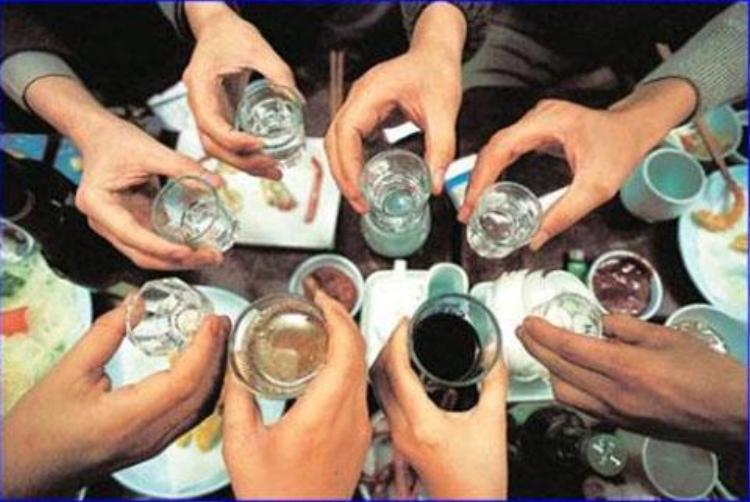 Nhiều cô gái bây giờ uống rượu không thua kém gì cánh mày râu - (Ảnh minh họa).
