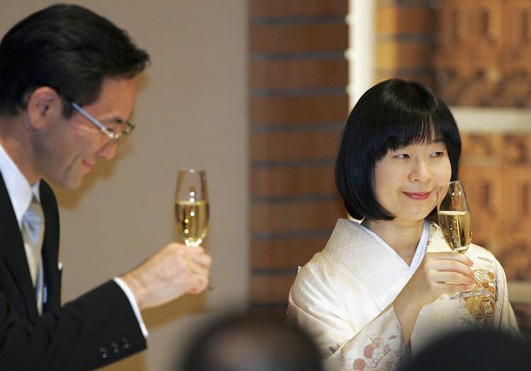 """Viết tiếp cuốn """"tiểu thuyết ngôn tình"""" của Hoàng gia Nhật Bản, không ai khác, chính là công chúa Sayako, con gái duy nhất của Nhật hoàng Akihito và hoàng hậu Michiko, và chuyện tình yêu với chàng trai nghèo mồ côi cha. Cũng giống cha mẹ, sân bóng tennis chính là nơi viết nên chuyện tình của Công chúa Sayako. Không công khai như những cặp đôi khác, Công chúa và Yoshiki Kuroda, một công chức bình thường, thường bí mật hẹn hò, chủ yếu liên lạcqua điện thoại hoặc email. Ngày 30/12/ 2004, vị công chúa này đã gây sốc khi tuyên bố kết hôn với kiến trúc sư Yoshiki Kuroda. Theo Luật Hoàng gia Nhật Bản quy định, nếu một công chúa Nhật Bản kết hôn với thường dân, họ sẽ phải từ bỏ tước vị hoàng gia và sống như dân thường, còn chồng và con cháu sẽ không được hưởng bất kì ưu tiên hay quyền lợi từ hoàng thất. Ngày 4/10/2005, họ chính thức trở thành vợ chồng bằng một đám cưới giản dị tại khách sạn Hoàng gia, khẳng định bản thân sẵn sàng bỏ lại cuộc sống hoàng tộc để đi theo tiếng gọi của trái tim."""