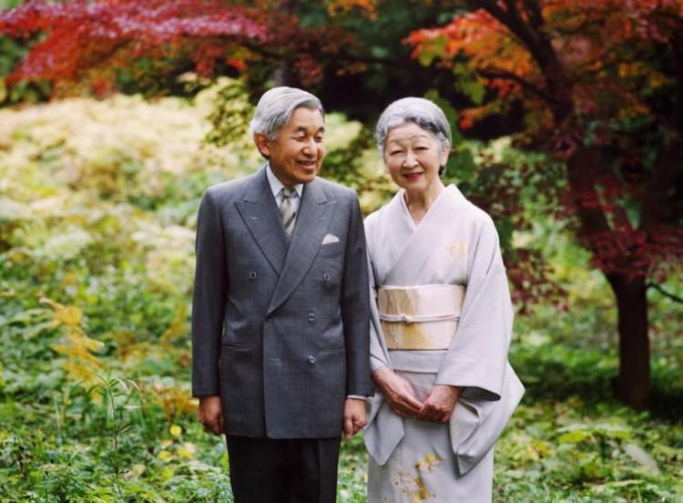 """Nếu như chuyện tình ở Hoàng gia Anh được ví như chuyện cổ tích, thì Hoàng Gia Nhật Bản cũng có những mối tình như bước ra từ thế giới """"ngôn tình"""". Chuyện tình 6 thập kỷ giữa Nhà vua Nhật Bản Akihito và Hoàng hậu Michiko dường như lúc nào cũng nồng nàn và vẹn nguyên như thuở ban đầu. Năm 1957, """"cô gái thường dân"""" Michiko bất ngờ gặp Thái tử Akihito tại sân bóng tennis. Chính tại nơi này đã chứng kiến chuyện tình tuyệt đẹp của họ. Tuy vấp phải sự phản đối bởi theo tư tưởng phong kiến, cô dâu của Hoàng gia sẽ được Cơ quan nội chính Hoàng gia lựa chọn từ các gia đình có dòng dõi quý tộc hoặc Hoàng tộc. Với sự quyết tâm của bản thân, cùng với sự tác thành của vua cha là Nhật hoàng Showa, đám cưới của cặp đôi được tổ chức vào ngày 10/4/1959 trong sự vui mừng của người dân ở xứ sở Mặt trời mọc. Qua nhiều khó khăn khi bắt đầu cuộc sống Hoàng gia với vô vàn phép tắc, nhưng có lẽ, tình yêu sâu đậm của Nhật Hoàng Akihito đã trở thành nguồn động lực lớn lao giúp Hoàng hậu Michiko vượt qua mọi thử thách đó. Đã hơn nửa thế kỷ đã trôi qua, Nhật Hoàng Akihito và Hoàng hậu Michiko vẫn sống bên nhau vô cùng hạnh phúc."""