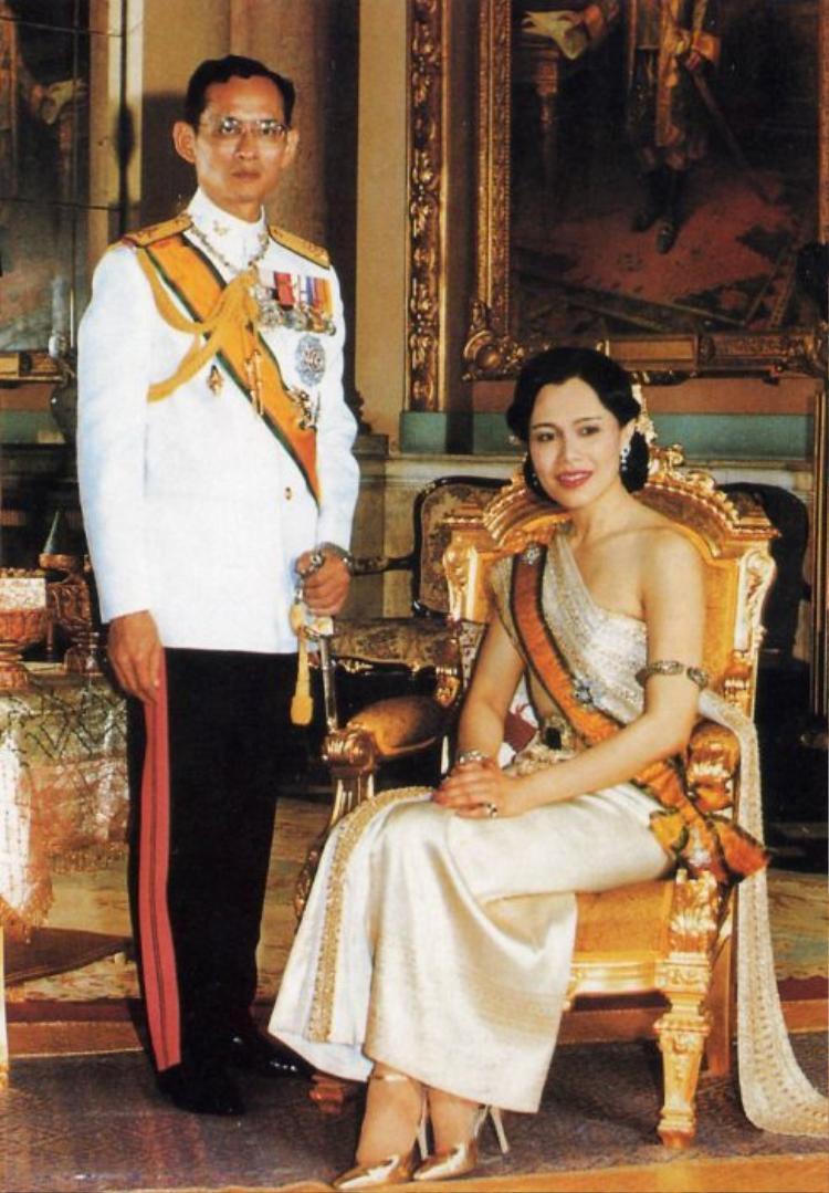 """Chuyện tình cố Quốc vương Thái Lan Bhumibol và Hoàng hậu Sirikit đã trở thành """"huyền thoại"""" ở xứ sở Chùa vàng. Đây cũng được coi là chuyện tình viên mãn nhất trong lịch sử Thái Lan. Trong một lần đi du lịch tới thủ đô Paris, Pháp, chàng trai Bhumibol đã gặp được người phụ nữ của cuộc đời, Sirikit, khi đó là con gái của Đại sứ Thái Lan tại Pháp. Tuy vậy, cô thiếu nữ năm đó không hề có thiện cảm với Thái tử Bhumibol. Chỉ sau khoảng thời gian chăm sóc Thái tử tại bệnh viện do bị tai nạn giao thông, Sirikit mới nhận ra được tấm chân tình của Thái tử. Những định kiến trong bà dần được xóa bỏ, thay vào đó là tình cảm ngày một lớn dần lên. Năm 1949, hôn lễ của họ chính thức được cử hành tại Thái Lan. Gần 70 năm chung sống, Hoàng hậu Sirikit luôn sát cánh bên chồng, nỗ lực đem lại sự thịnh vượng và ấm no cho người dân cũng như vương quốc Thái Lan."""