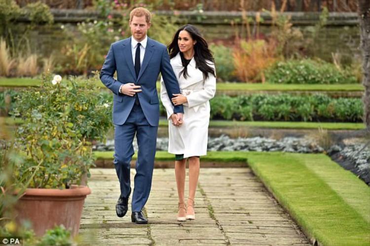 """Những ngày gần đây, người dân khắp mọi nơi đều đang gửi lời chúc phúc cũng như mong chờ đám cưới của Hoàng tử Harry cùng vị hôn thêMeghan Markle.Là một thành viên trong Hoàng tộc nổi tiếng bậc nhất thế giới cùng với vẻ ngoài lịch lãm, tuy vậy, Hoàng tử Harry đã chọn một nữ diễn viên có xuất thân bình thường, hơn anh 3 tuổi và thậm chí từng kết hôn.Hoàng tử tiết lộ anh đã hoàn toàn """"đổ gục"""" trước Meghan ngay trong lần gặp đầu tiên. Và sauhơn một năm hẹn hò, Hoàng tử Harry chính thức ngỏ lời cầu hôn bạn gái. Theo thông báo từ Hoàng gia Anh, Hoàng tử Harry và vị hôn thê Meghan Markle đã đính hôn. Lễ cưới của hai người sẽ diễn ra vào tháng 5/2018. Đây là cái kết ngọt ngào cho cuộc tình của một trong những cặp đôi nổi tiếng nhất thế giới."""
