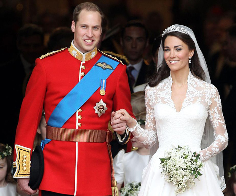 """Hoàng tử William và Công nương Kate đã cùng nhau viết nên một chuyện tình đầy sóng gió, trắc trở. Họ gặp nhau lần đầu khi còn là sinh viên Đại học St. Andrews ở Scotland vào năm 2001. Tuy nhiên, đến một năm sau, vị hoàng tử mới bắt đầu chú ý đến Kate. Năm 2004, truyền thông bắt đầu đưa tin về mối tình của họ. Đến năm 2007, cặp đôi tuyên bố đã chia tay vì áp lực từ báo chí và dư luận. Nói về cuộc chia tay đó, Công nương Kate chia sẻ:"""" Vào thời điểm đó, tôi thực sự không mấy vui vẻ. Nhưng khi nhìn lại, tôi nhận ra, khoảng thời gian đó khiến mình trở nên mạnh mẽ hơn"""". Dường như không thể chia tách nhau, chỉ 3 tháng sau, họ bị bắt gặp khi đang hẹn hò. Cuối cùng, chuyện tình sau nhiều lần ly hợp này cũng kết thúc bằng một đám cưới hoàn mỹ tại tu viện Westminster vào ngày 29/4/2011. Hiện tại, họ đang cùng nhau chờ đón sự ra đời của đứa con thứ ba."""