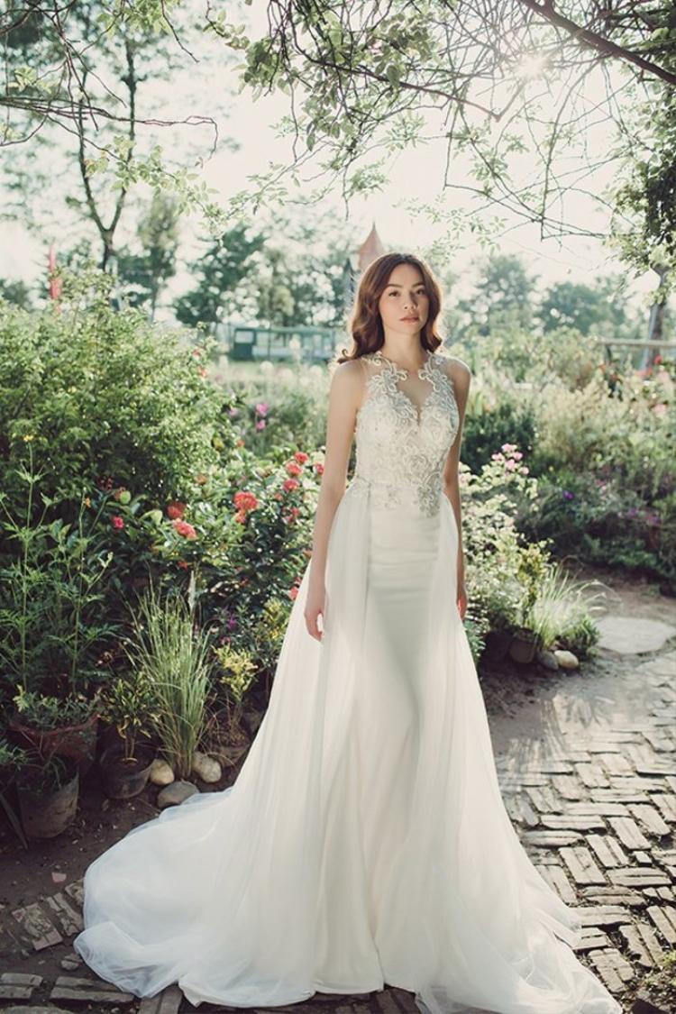 Trước đây ca sĩ cũng đã từng làm mẫu chụp ảnh váy cưới cho hàng loạt các tạp chí thời trang. Xuất hiện trong trang phục váy cưới khá nhiều, tuy nhiên trong bộ ảnh váy cưới nào Hà Hồ cũng để lại sự chú ý đặc biệt trong lòng người hâm mộ.