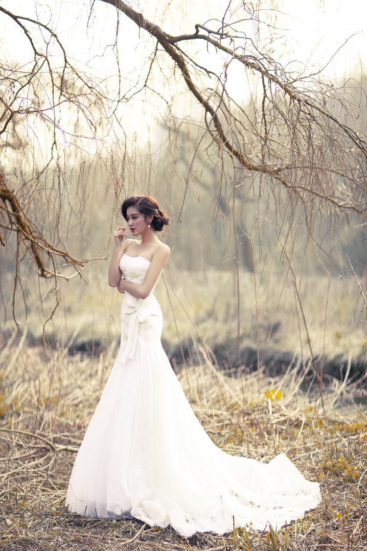 Trong trang phục váy cưới với kiểu dáng khá truyền thống, thiết kế cúp ngực giúp Huyền My phô vòng một gợi cảm. Ngoài ra kiểu tóc có phần già hơn tuổi 21 của á hậu, tuy nhiên khá phù hợp với trang phục.