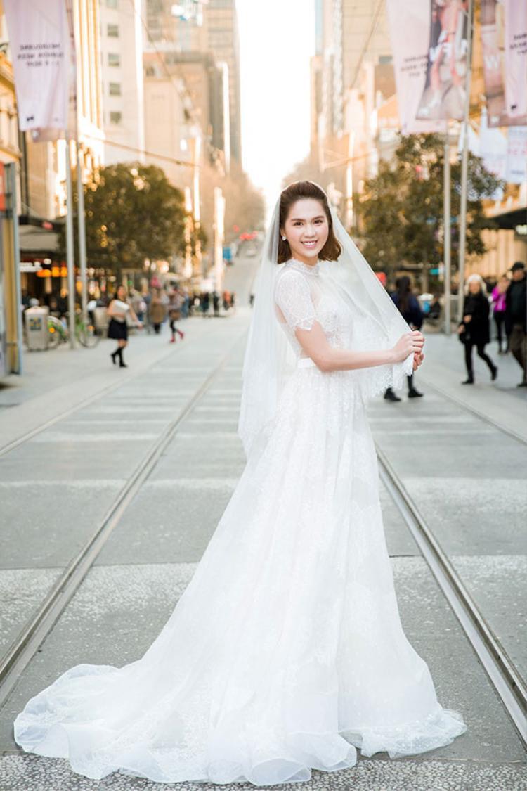 """Với làn da trắng không tì vết, """"vòng eo 56"""" đẹp thuần khiết trong chiếc váy cưới ren lưới này."""