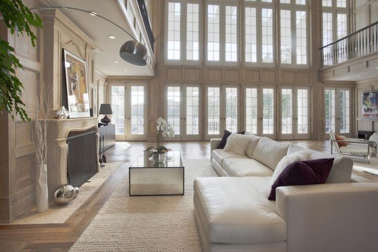 Căn phòng được thiết kế với không gian mở, gồm nhiều cửa sổ để đón ánh nắng vào nhà.