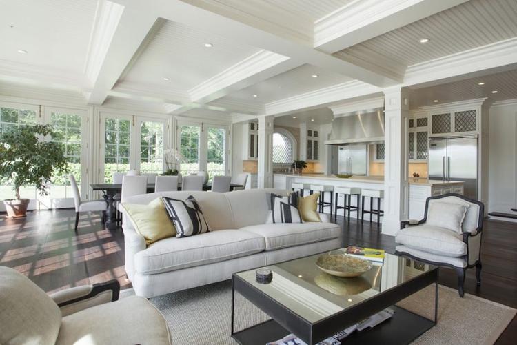Phòng khách và phòng bếp được thiết kế hoàn chỉnh.