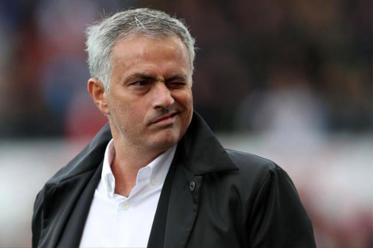 HLV Mourinho luôn trung thành với lối đá phòng ngự, phản công.