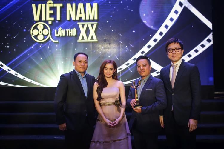 Kaity Nguyễn và đạo diễn Lê Thanh Sơn với giải Bông sen vàng