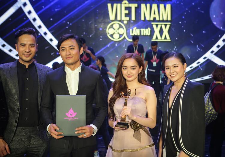 Quý Bình và Kaity Nguyễn với giải thưởng Nam - nữ chính xuất sắc nhất.