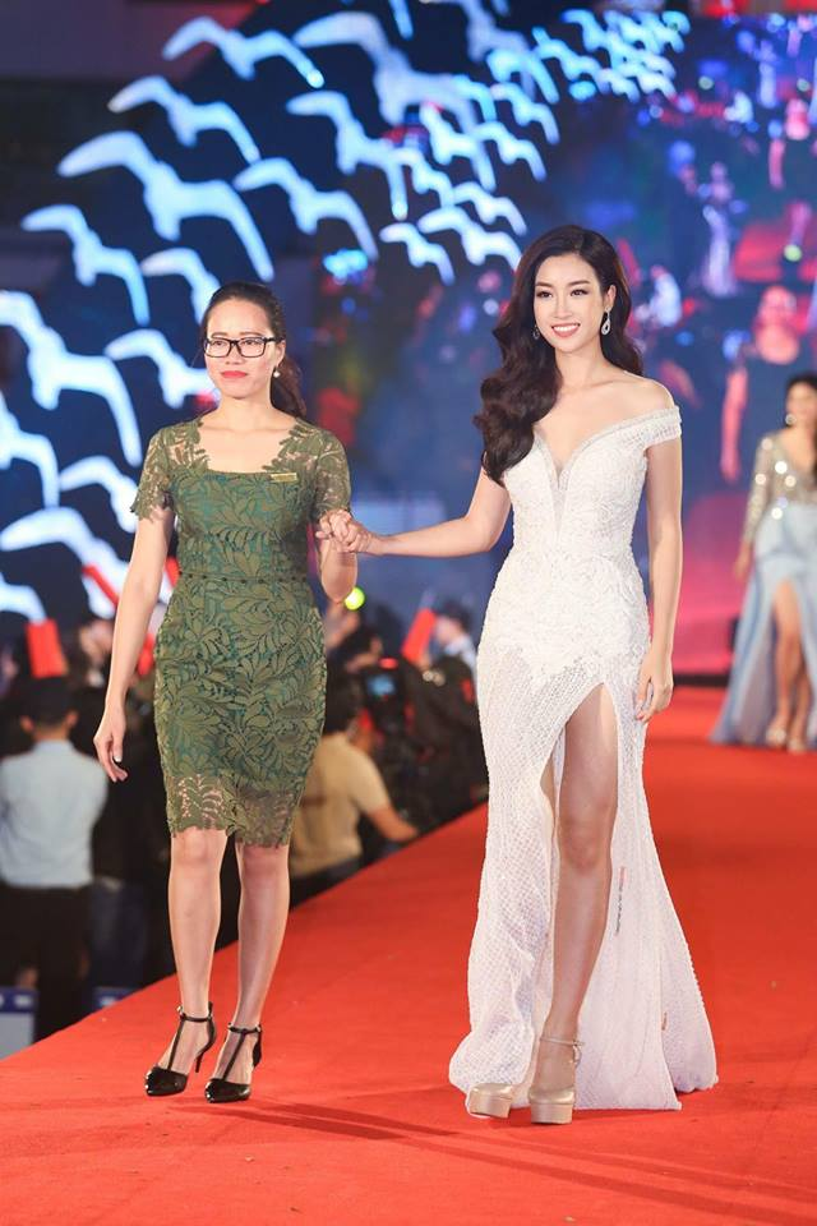 Không hẹn mà gặp, hoa hậu Đỗ Mỹ Linh cũng diện lại thiết kế của Lê Thanh Hòa trên thảm đỏ tối qua. Top 5 Hoa hậu Nhân ái nổi bật với bộ váy trắng xẻ cao, khoe đôi chân dài tự tin sải bước.