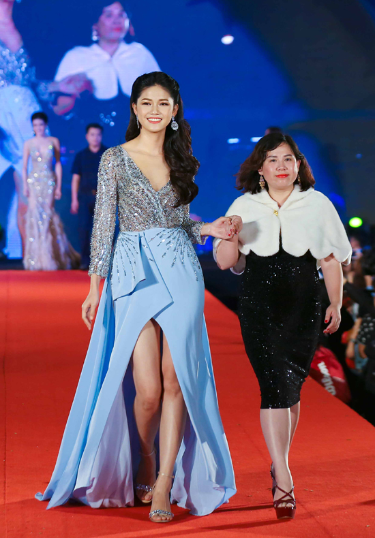 Trên thảm đỏ tối qua còn có Á hậu Việt Nam 2015 Ngô Thanh Tú. Cô lộng lẫy trong váy dạ hội tông xanh nhạt, đính đá cầu kỳ với phong thái quyến rũ.