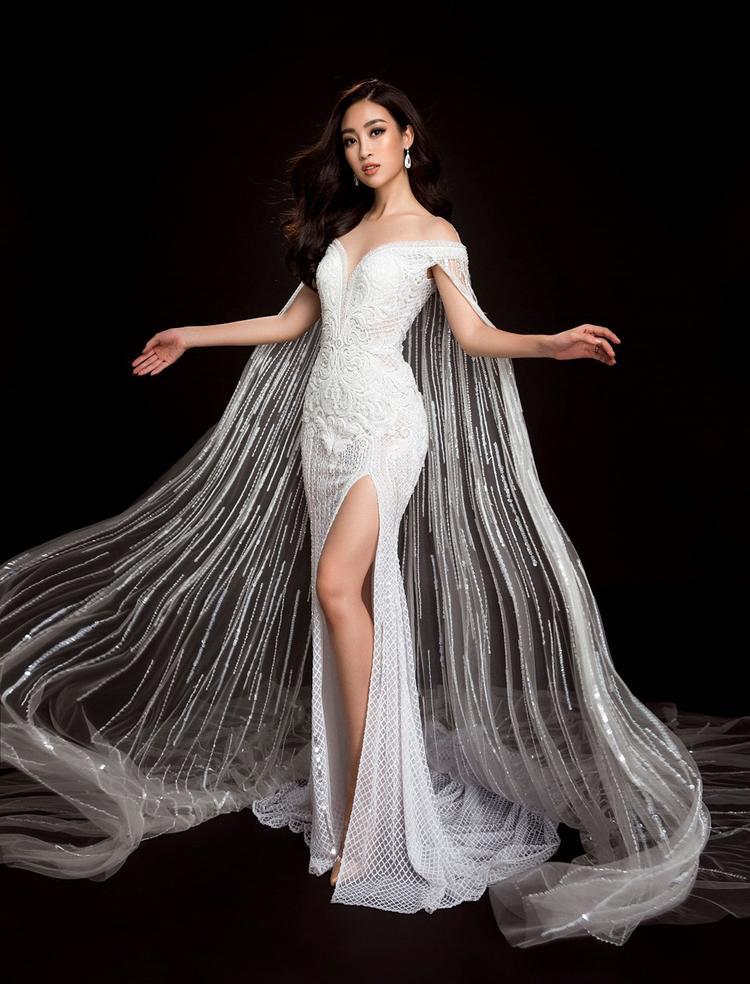 Bộ cánh từng được người đẹp diện trong bộ ảnh ra mắt công chúng trong thời điểm tham gia cuộc thi. Đây là một trong 4 bộ váy dạ hội được nhà tạo mốt Lê Thanh Hòa thiết kế riêng cho Mỹ Linh trong cuộc thi.