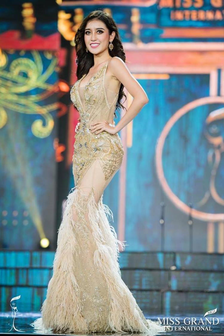 Trong bộ đầm dạ hội, Huyền My đã có phần thể hiện xuất sắc trên sân khấu Miss Grand International 2017 vào tháng 10, tại Phú Quốc. Bộ cánh giúp Huyền My đạt thành tích top 10 chung cuộc, ngoài ra còn nằm trong top 3 trang phục dạ hội đẹp nhất cuộc thi.