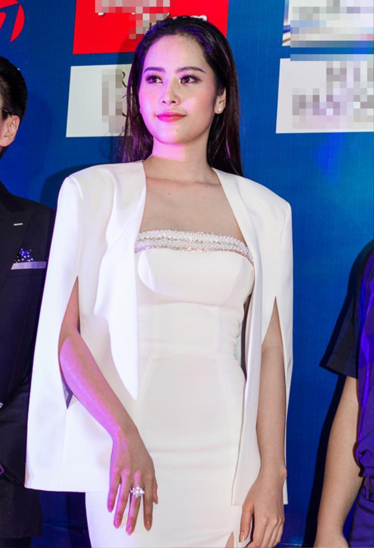 Hoa khôi Nam Em nổi bật với trang phục trắng với mái tóc ướt điệu đà.