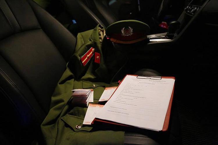 Tang vật bị thu giữ trên xe của các đối tượng.