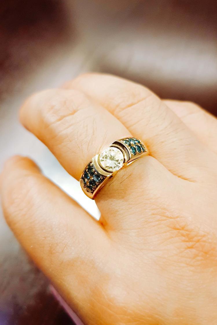 """Ngoài ra, nam ca sĩ còn đeo 2 chiếc nhẫn kim cương """"khủng"""" của thương hiệu Cartier. Trong đó chiếc nhẫn kim cương 2 carat đính thêm 12 viên kim cương xanh 0.5 carat xuất xứ từ Nam Phi, bằng vàng khối tuyệt đẹp trị giá hơn 200.000 USD khiến cho tổng giá trị của các món đồ anh mang trên người lên đến hơn 8 tỷ đồng."""