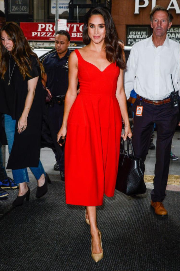 Meghan Markle tỏa sáng khi tham dự Today Show tại New York. Có vẻ như chiếc váy đỏ luôn làm những phụ nữ có làm da ngăm trở nên quyến rũ, quyền lực và sang trọng hơn bao giờ hết, chẳng hạn như Michelle Obama.
