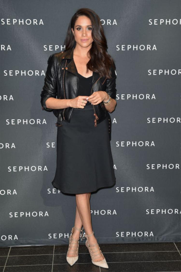 """Meghan xuất hiện cá tính và năng động trong chiếc áo da khoác ngoài, việc chọn màu môi cùng tông với màu giày thể hiện đẳng cấp mix-match của """"nàng lọ lem""""."""