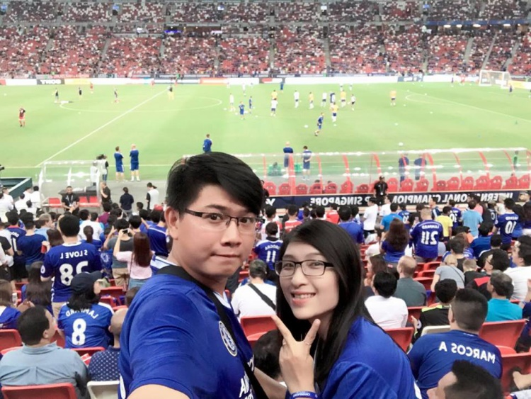 Tận mắt được chứng kiến đội bóng mình yêu thích thi đấu.