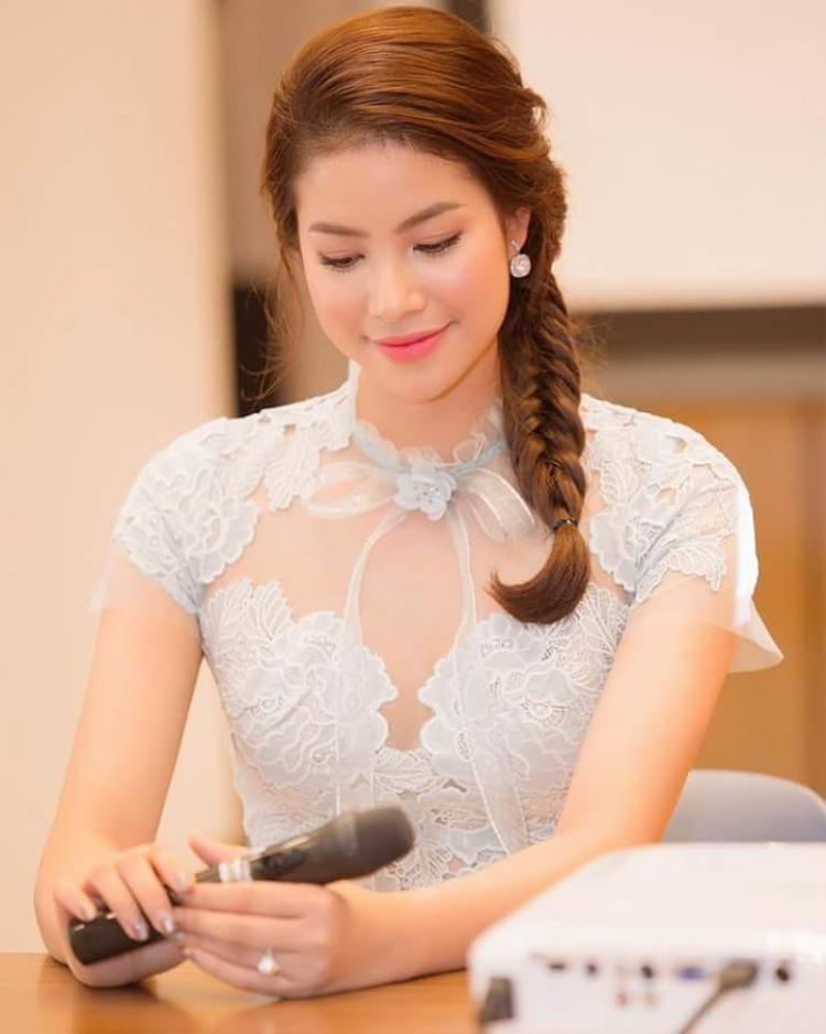 Kiểu tóc tết bím vắt sang bên đem đến cái nhìn dịu dàng cho đương kim Hoa hậu Hoàn vũ Việt Nam. Ngoài ra, cô có vẻ rất yêu thích sắc son hồng khi lại tiếp tục sử dụng màu son này khi tham gia sự kiện.