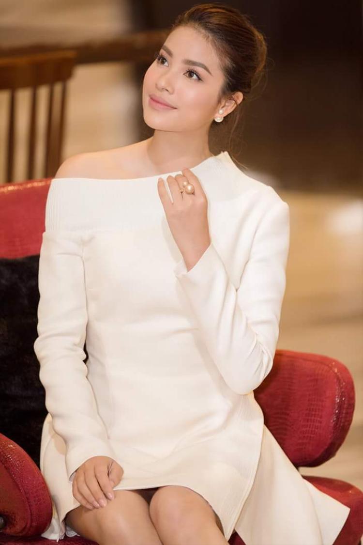 Không theo trào lưu lông mày ngang kiểu Hàn Quốc, nàng hậu chăm chút cho đôi mày cánh cung thanh mảnh đầy kiêu sa nhưng vẫn toát lên sự trẻ trung. Bên cạnh đó, có thể thấy màu hồng chính là màu son được Phạm Hương ưa chuộng sử dụng hơn cả.