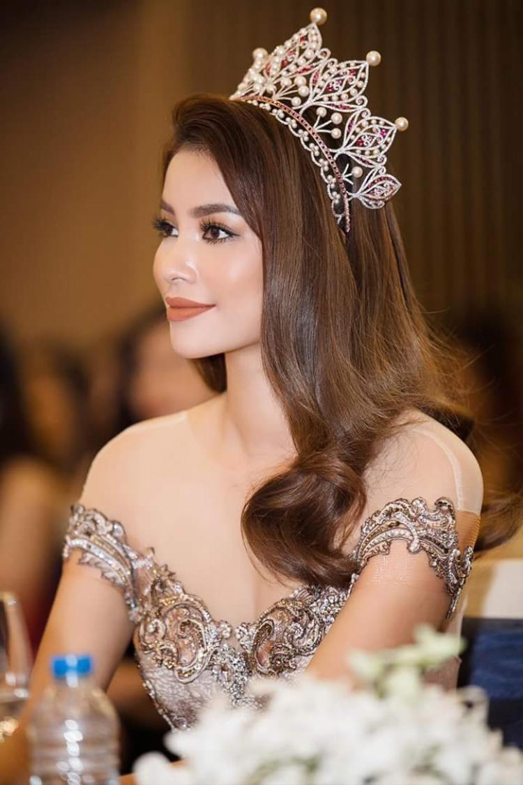 Có thể thấy, Phạm Hương là một trong những hoa hậu luôn có sự đa dạng phong cách trong lối làm tóc, make up tùy theo từng hoàn cảnh diễn ra sự kiện.