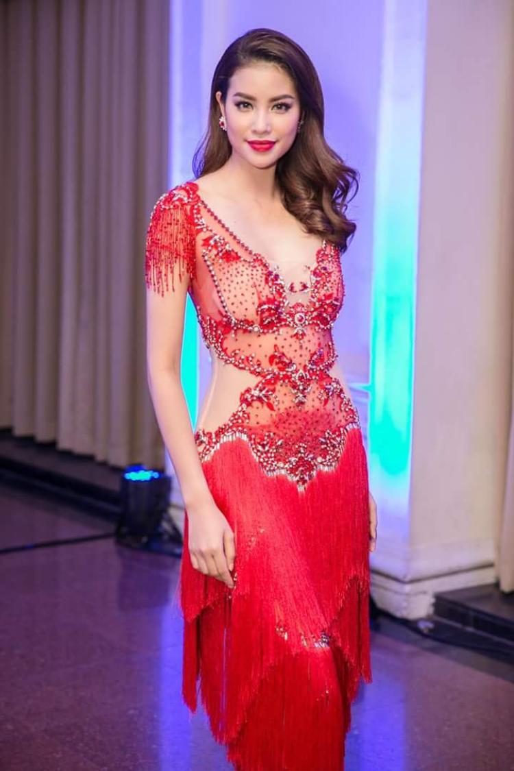 Màu son đỏ cùng cách đánh mắt xếch hoàn toàn phù hợp với trang phục, tạo nên tổng thể sắc sảo, quyến rũ.Dù thể hiện phong cách nào, Phạm Hương cũng đều đẹp và tỏa sáng hoàn hảo.