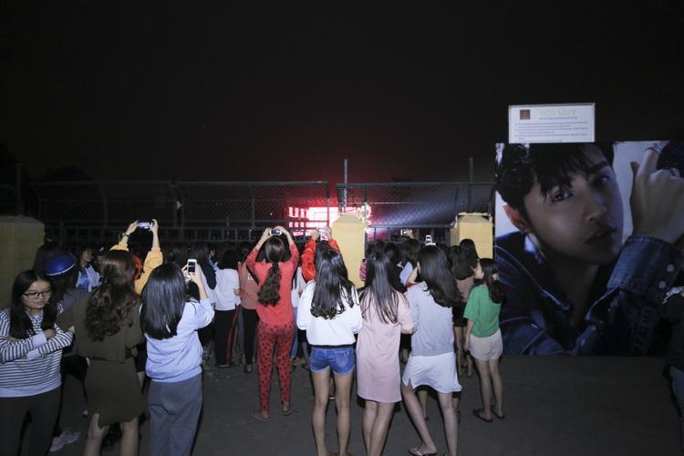Dù không được vào bên trong, mọi người vẫn vô cùng nhiệt tình đứng ngoài cổng cổ vũ cho Noo Phước Thịnh.