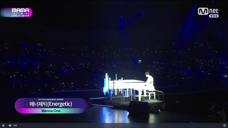 Như thường lệ, Minhyun xuất hiện bên đàn piano.