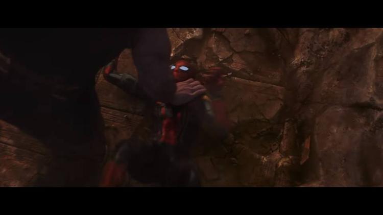 Thanos ấn Spider Man xuống đất