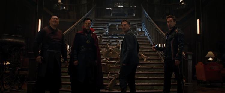 Iron Man (Tony Stark) đi ra khỏi Sanctum